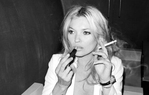 """Uzené plíce Kate Moss: Cigaretu má """"ošéfovanou"""" i ve smlouvě!"""