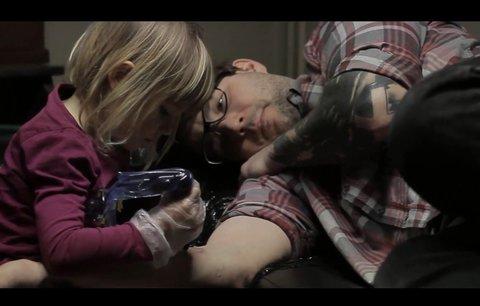 Neuvěřitelné video: Čtyřletá holčička tetuje tatínka!