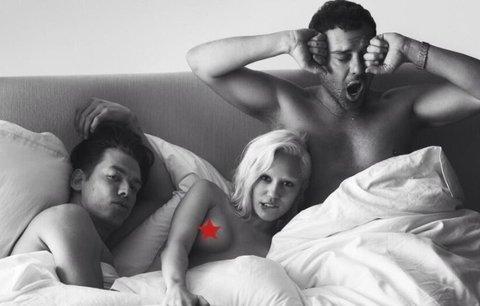 Nahá Miley Cyrus se válí v posteli hned se dvěma muži!