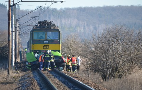 Tragická nehoda na přejezdu u Nymburka: Ženu (†29) smetl vlak. Nepřežila