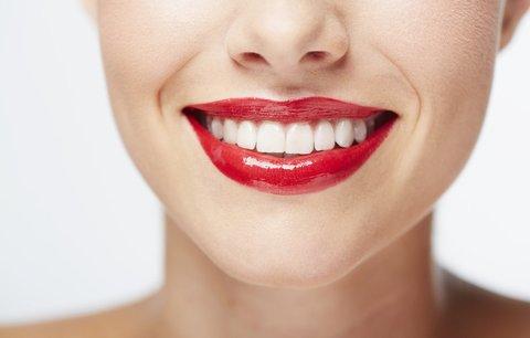 Zářivě bílé zuby: 5 triků, které by vás nikdy nenapadly