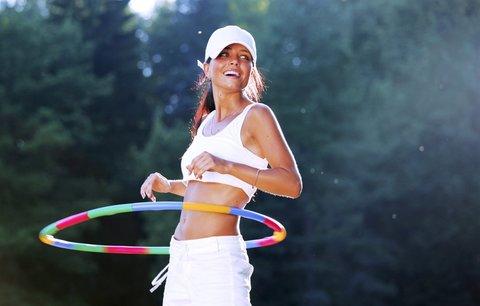 Pravidelné lekce hoopingu v Praze 9: Cviky s obručí pomohou zhubnout i posílit záda