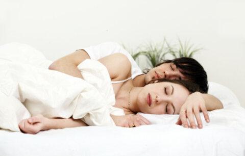 Spánek o páru prozradí víc než sex