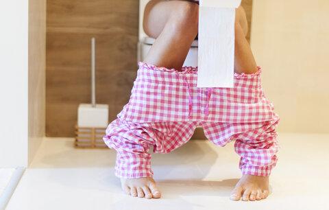 Sedíte na záchodě dlouhé minuty? Zaděláváte si na zácpu i hemoroidy