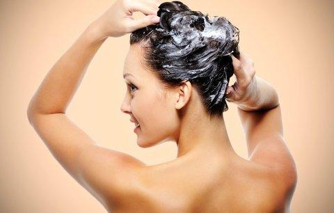 Nový trend: Zahoďte šampony a myjte si vlasy jen vodou!