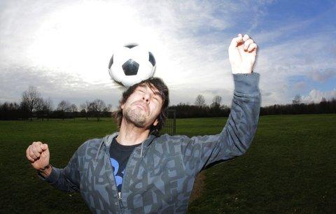 Fotbalistům hrozí demence, varují vědci. Hlavičkování jim ničí mozek