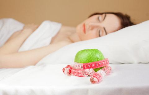 5 tipů, jak hubnout ve spánku