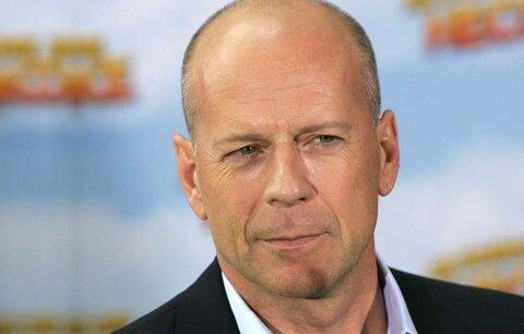 """Bruce Willis prodává staré harampádí: Za vázy mu kupci platí """"zlatem""""!"""