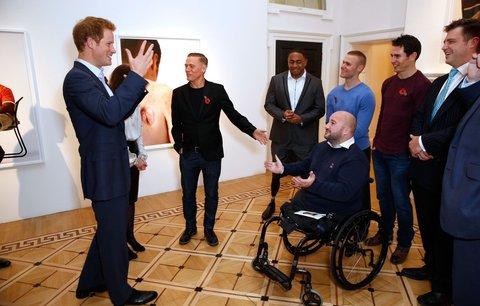 Aspoň že ti vlasy dorostly, žertoval Harry s plešatým vojákem bez nohou