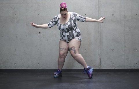 Obézní tančí v plavkách. Provokativní kampaň hájí jejich práva. Líbí se vám?