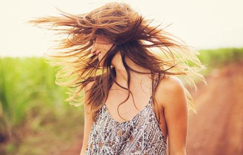 Zvláštní péče: 6 tipů, jak se v létě starat o vlasy