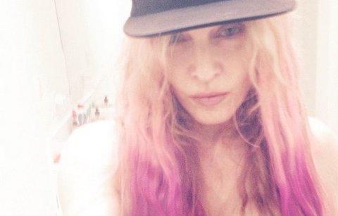 Jen růžová to může být: Madonna se obarvila!