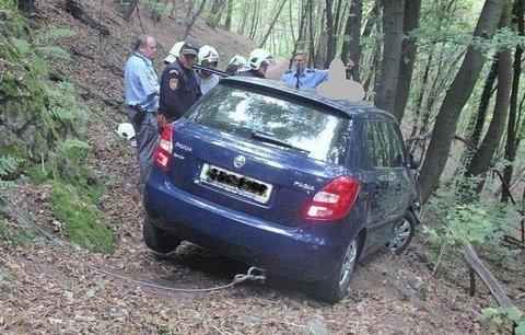 Zkracoval si cestu lesem, ale do cíle nedojel: Zabodl se přímo do stromu