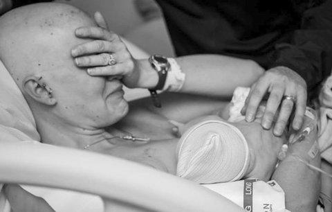 Matka s rakovinou prsu se rozplakala při kojení, její snímek obletěl svět