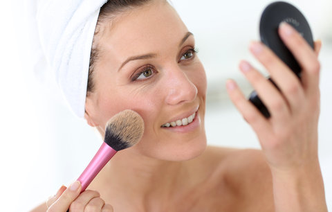 3 kosmetické triky blogerek! Vlny díky houbičkám a rtěnka, která se neobtiskne!