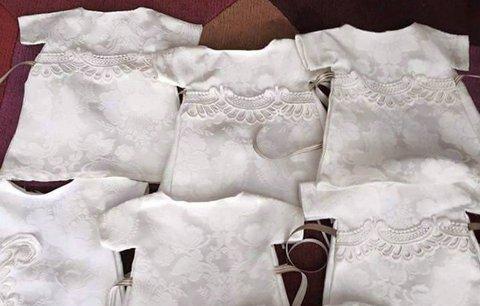 Žena nechala přešít své svatební šaty na oblečky pro mrtvé novorozence