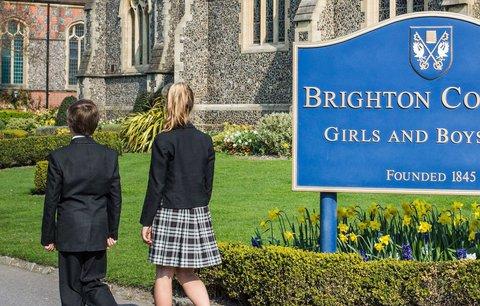 Tradice stará 170 let padla. Britští školáci mohou chodit v dívčích šatech