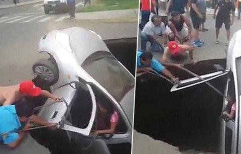 Obří díra pohltila vůz s rodinou, kolemjdoucí z ní tahali nebožáky jako z pekla