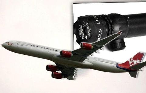 Laserový útok na piloty letadla. Místo New Yorku museli zpět do Londýna