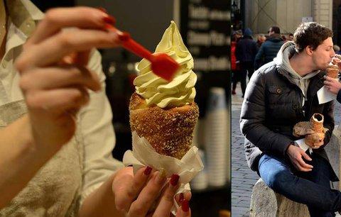 Trdelník se zmrzlinou - hit světových sociálních sítí: Turisté po něm šílí, každý ho chce ochutnat