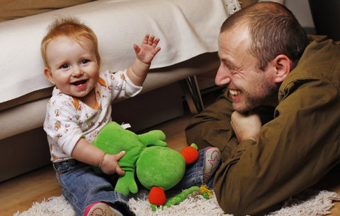 Otcovská dostala zelenou. Tátové mají šanci na placený týden volna s dítětem