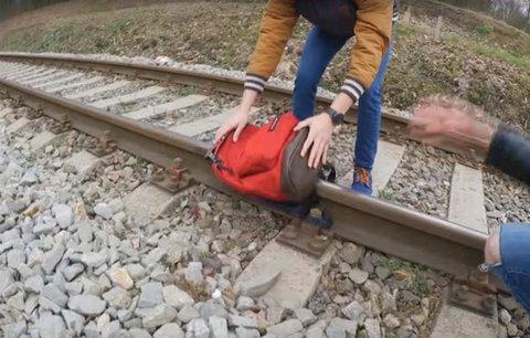 Další průšvih youtuberů TVTwixx: Nechali batoh přejet vlakem, věc šetří policie