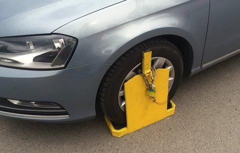 Kuriozita v Břeclavi: Řidička z celého srdce děkovala strážníkům za botičku na autě