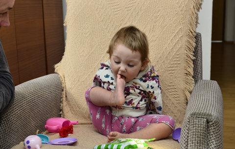 Holčička bez ručiček Lilianka (18 měsíců) dělá pokroky: Už se sama i postaví