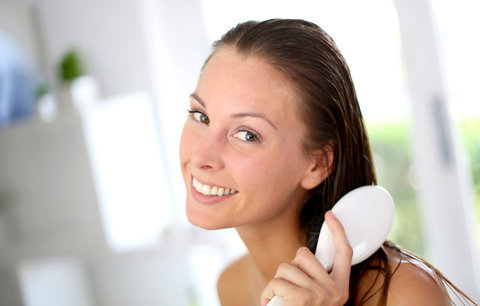 Vlasy od A do Z: Jak je šetrně rozčesat po mytí, a kterým hřebenem?