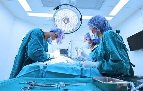 Čekal v nemocnici na porod manželky. Místo toho ho lékaři odvezli na sál. Co se stalo?