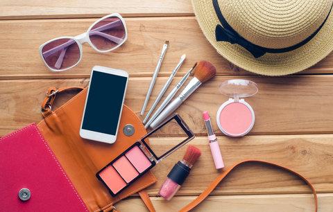 9 kosmetických produktů, které vám nesmějí chybět na žádné dovolené