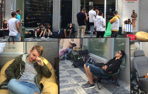 Na krok se nehnou od obchodu: 20 lidí před ním i spí. Co to znamená?