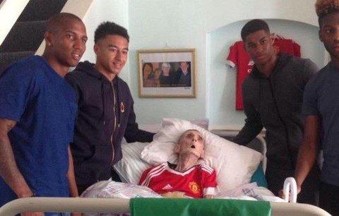 Dojemné gesto! Fotbalisté z Manchesteru United navštívili umírajícího fanouška