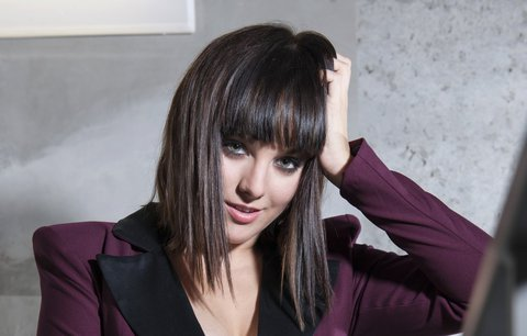 Ewa Farna  v novém videoklipu ukázala stehna v krátké sukni