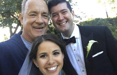 Celebrity na síti: Novorozená holčička Adama Levina a Tom Hanks na svatebním focení