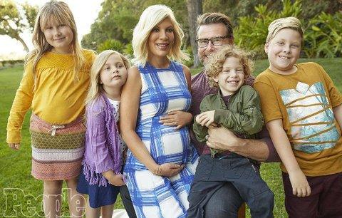 Tori Spelling čeká s manželem už páté dítě a utápí se v dluzích