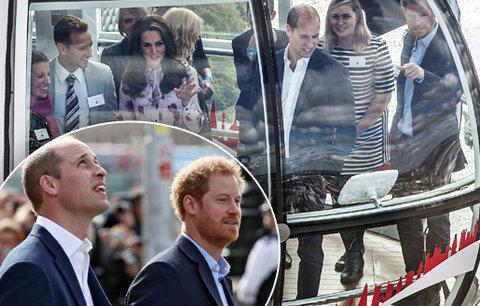 Princové William a Harry v bublině nad Temží: A támhle má barák naše babička!