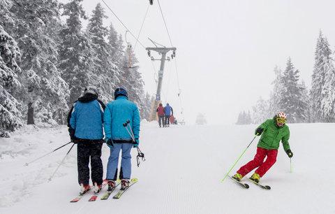 Tisíce lyžařů zaútočily na česká horská střediska. A sněhu je dost