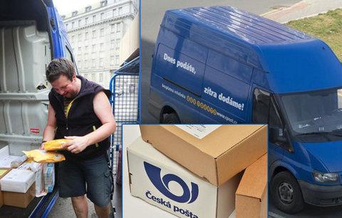 """Pro """"balík do ruky"""" musíte k přepážce. Pošta nestíhá, ale roznáší agitku"""