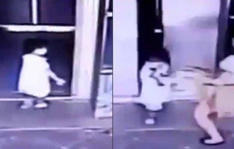Matka drsně skopla dceru (3) na zem! Zachránila ji před smrtí rozdrcením dveřmi od výtahu