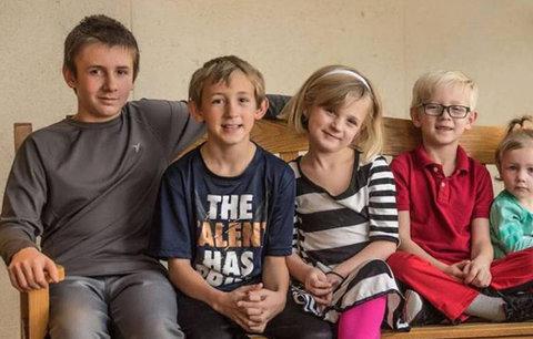 Adoptujte nás všechny spolu, prosí 5 sourozenců. Každý z nich žije u jiných pěstounů