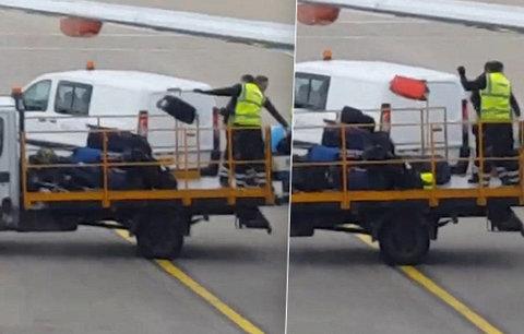 Video, které nechcete vidět! Takhle se zachází s kufry na letišti