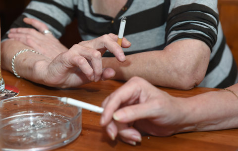 Kuřáků po protikuřáckém zákonu mírně ubylo. A víc lidí řeší, jestli přestat