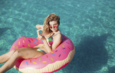 Plavky nestačí! Letos si musíte pořídit stylové lehátko!
