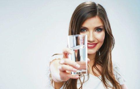 Nečekaná pravda o pitném režimu: Co naše tělo opravdu potřebuje?