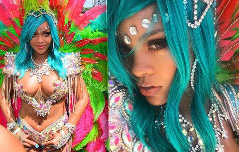 Rihanna oděná jen do šperků a peří rozsvítila karneval