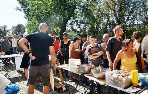 Lidé bez domova na pikniku? Aktivisté pro ně opět chystají na Štvanici pořádnou žranici