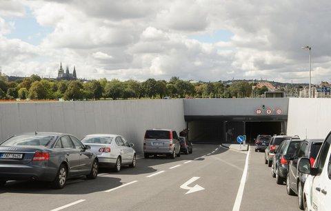 Parkování v metropoli se prodražuje: Ceny stouply o polovinu