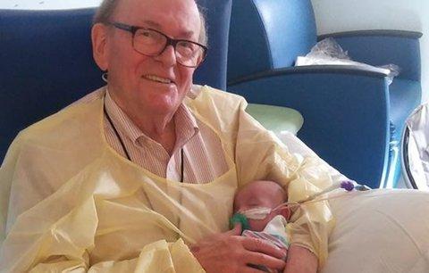 Tohle vás rozpláče: Dědeček chodí chovat nedonošená miminka. Už 12 let!