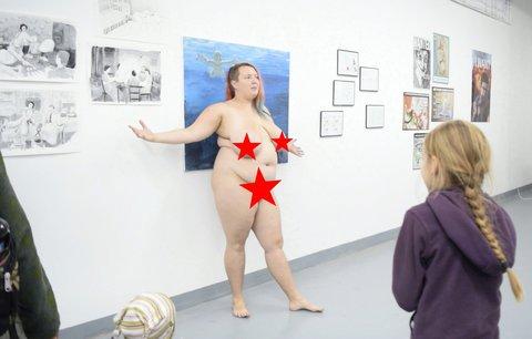 Ukřičená žena odhodila šaty: Nahá »Věstonická venuše« zahájila výstavu o mateřství